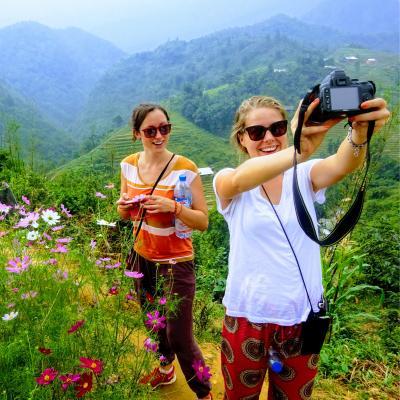 Vrijwilligers nemen een selfie tijdens een uitstap in het weekend in Tapa, Vietnam
